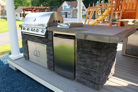 Outdoor-kitchen-island-with-refrigerator