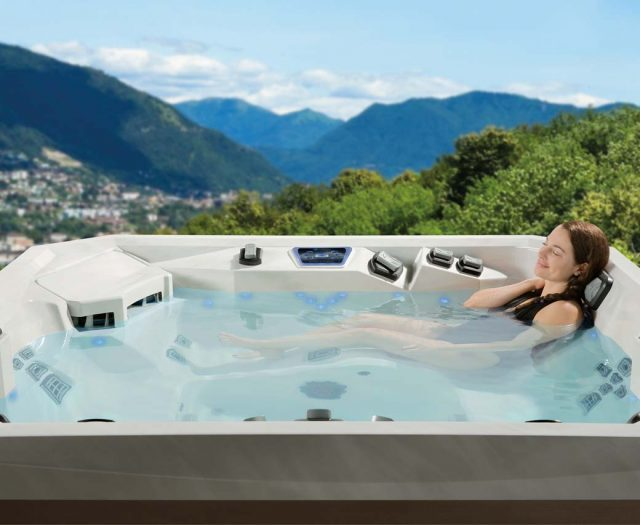 V84L-Hot-Tub-Lounge