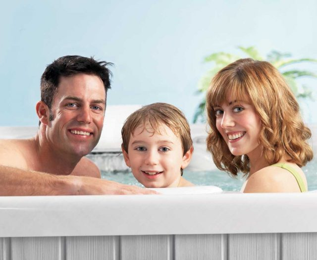 Family-in-Hot-Tub