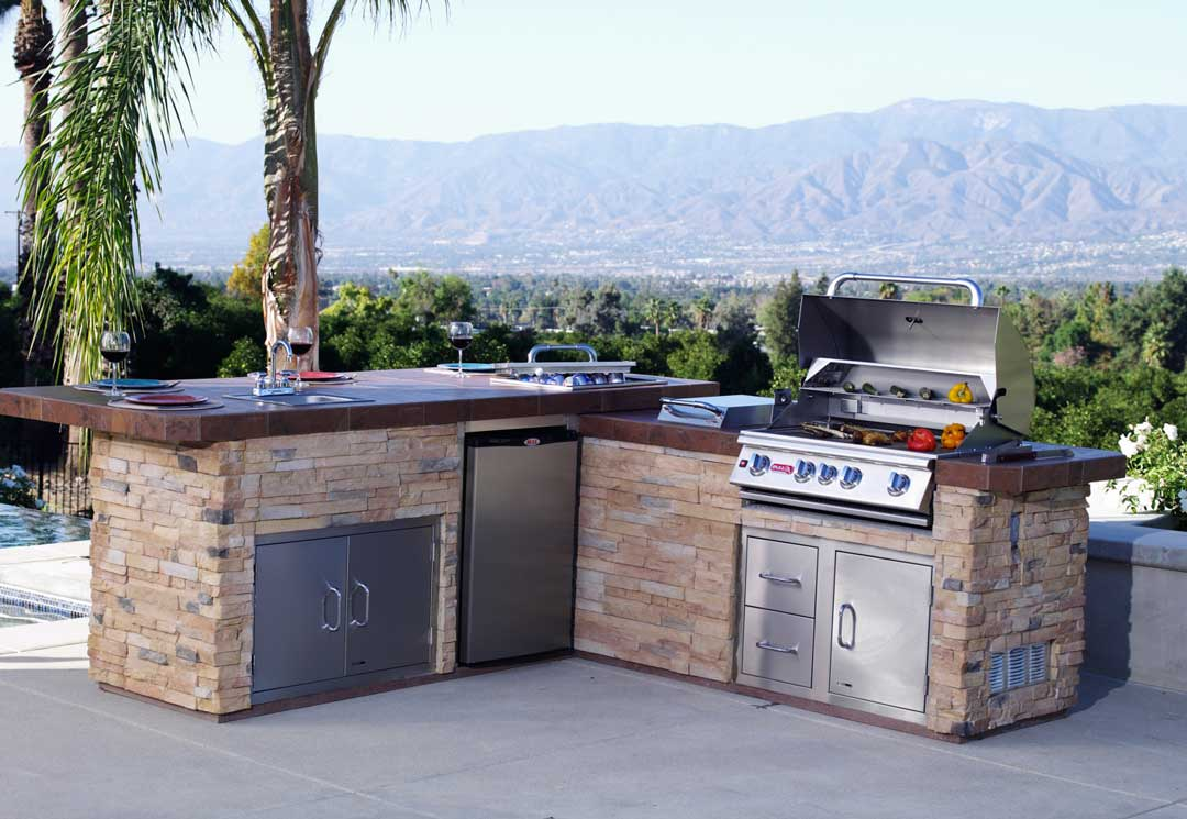 Gourmet-Q-Outdoor-Kitchen-Island-Bull-BBQ-Lifestyle-Image