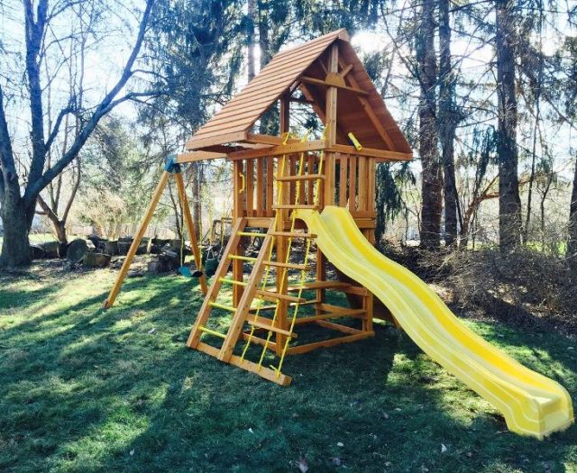 Dreamscape outdoor Playset with Cedar wood roof and picnic table