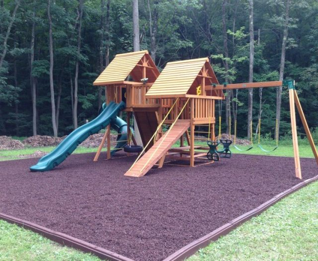 kids outdoor swingsets with brown mulch