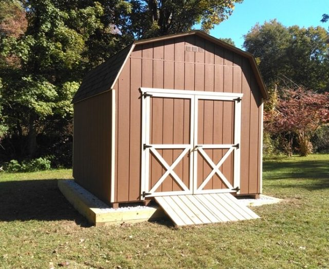Barn storage shed in red with ramp