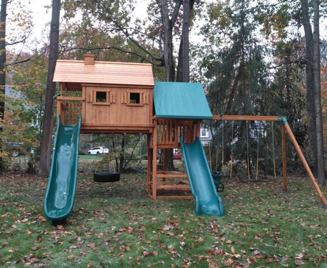 On Site- Sky Tree House Swing Set with Slides, Swings, and Picnic Table